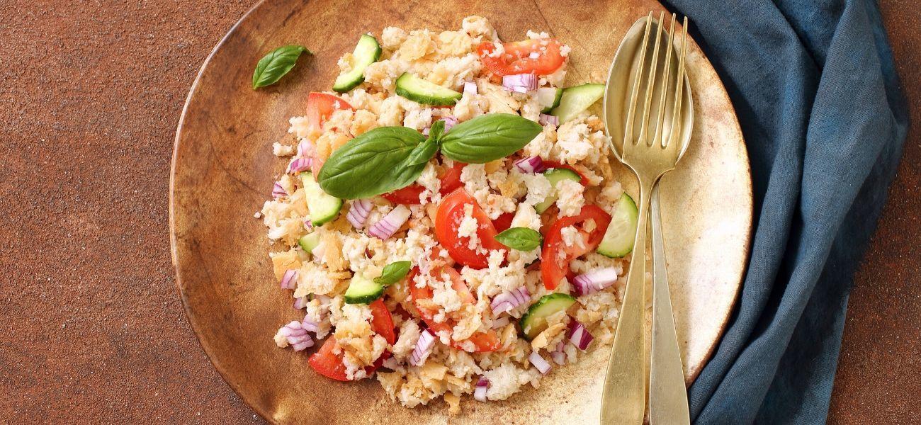 I Italové vlétě rádi připravují lehké pokrmy, jako například salát Panzanella.