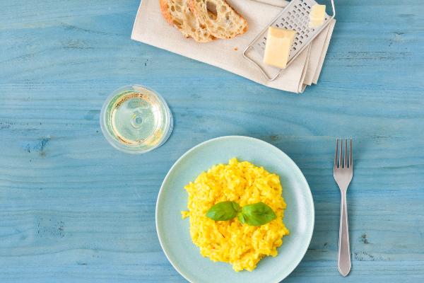 šafránové italské risotto sporkem aitalskou salsiccia
